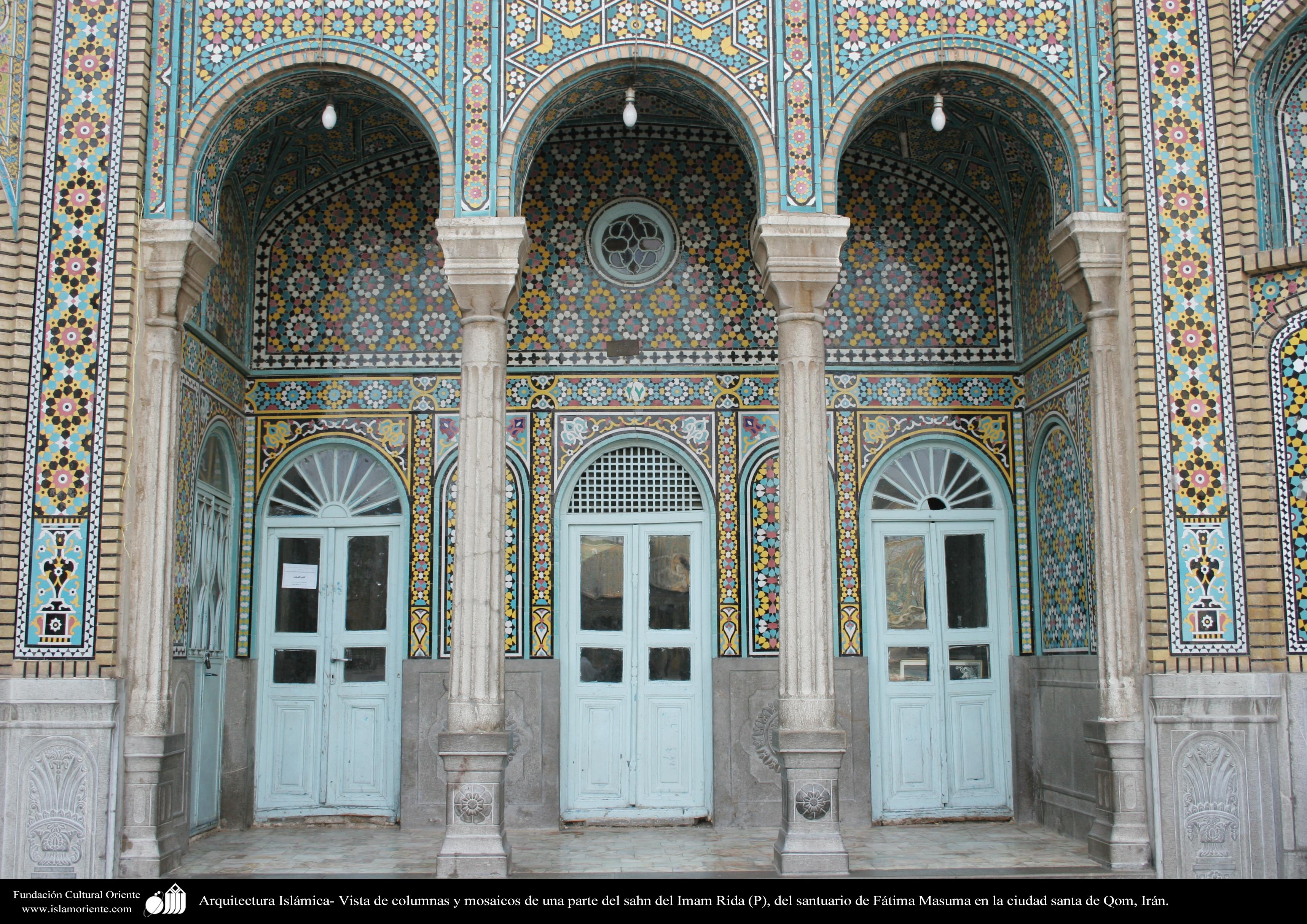 Arquitectura isl mica vista de columnas y mosaicos de una for Arquitectura islamica