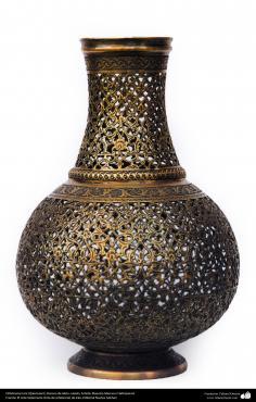 اسلامی ہنر - دھات پر حکاکی اور فنکاری کے ذریعے ہاتھ سے سجایا ہوا پیتل کا گلدان اور اس پر ابھرے نقوش (فن قلم زنی) - ۱۰۲