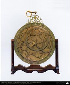 Ourivesaria iraniana (Qalam Zani) - Astrolábio de bronze com gravura, Artista: Mestre Mansour Hafezparast - 105
