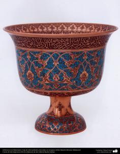 اسلامی ہنر - دھات پر حکاکی اور فنکاری کے ذریعے ہاتھ سے سجایا ہوا برتن اور اس پر ابھرے نقوش اور سنگ فیروزہ (فن قلم زنی) - ۱۰۷