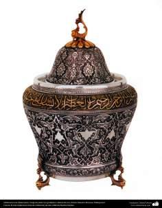 اسلامی ہنر - دھات پر حکاکی اور فنکاری کے ذریعے ہاتھ سے سجایا ہوا چاندی کا برتن اور اس پر ابھرے نقوش (فن قلم زنی) - ۱۰۸