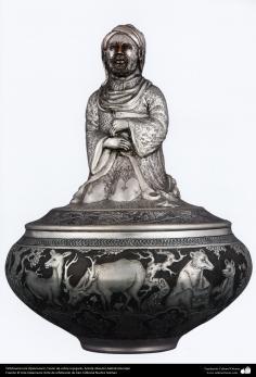 اسلامی ہنر - دھات پر حکاکی کے ذریعہ ابھری ڈیزاین (قلم زنی فن)، استاد مہدی علمداری، ایران - ۱۱۲
