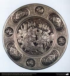 اسلامی ہنر - دھات پر حکاکی اور فنکاری کے ذریعے ہاتھ سے سجایا ہوا تانبے کا پلیٹ اور اس پر ابھرے نقوش (فن قلم زنی) - ۱۱۶