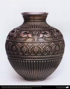 Ourivesaria iraniana (Qalamzani), Vaso estilo sasaniam de cobre em relevo, Artista: Mestre Akbar Bozorgian - 138