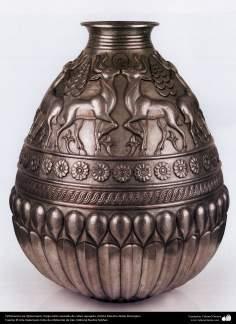 Orfebrería iraní (Qalamzani), Vasija estilo sasánida de cobre repujado, Artista: Maestro Akbar Bozorgian - 142