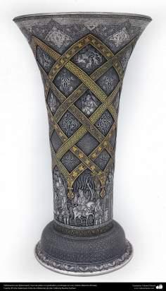 Ourivesaria iraniana (Qalamzani), Vaso de prata com gravuras e coberto em ouro, Artista: Mestre Ali Saee - 163