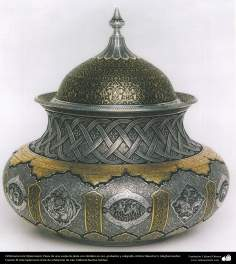 Iranian goldsmith (Qalamzani) - Part of a vessel of silver with gold, etchings and calligraphy - 31