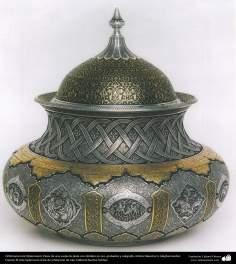 Orfebrería iraní (Qalamzani), Pieza de una vasija de plata con detalles en oro, grabados y caligrafía, Artista -31