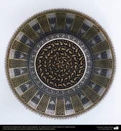 Ourivesaria iraniana (Qalamzani), prato de prata com gravura e recoberto em ouro -37