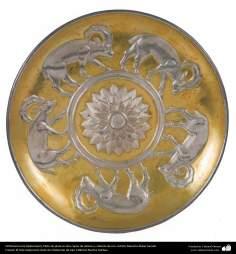 Ourivesaria iraniana (Qalamzani), prato de prata com duas camadas de relevo e recoberto em ouro - 46