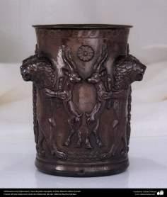 اسلامی ہنر - دھات پر حکاکی اور فنکاری کے ذریعے ہاتھ سے سجایا ہوا چاندی کا گلدان اور اس پر ابھرے نقوش (فن قلم زنی) - ۵۰
