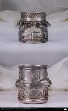 Ourivesaria iraniana (Qalamzani), Copo de prata, com relevo feita com martelo - 51