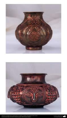 Orfebrería iraní (Qalamzani), Copa de cobre, con relieve a martillo -52