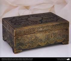 Orfebrería iraní (Qalamzani), Caja de latón repujado, Artista: Maestro Amir Saee -86