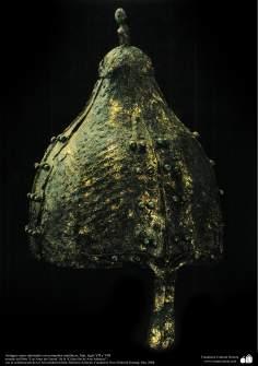 Antiguo casco adornado con remaches metálicos, Irán, siglo VII y VIII