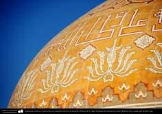 Architecture islamique. Inscriptions en calligraphie coufique sur le dôme Tabataba'i, sanctuaire de Fatima Ma'souma dans la ville sainte de Qom