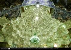 Arquitectura Islámica- Lámpara colgante y espejos incrustados cerca de la tumba de Fátima Masuma en su santuario.- ciudad santa de Qom