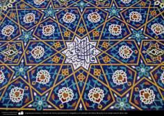 Architecture islamique, vue de carrelage avec des figure geomerique dans le sanctuaire de Fatima Ma'souma dans la ville sainte de Qom- 16
