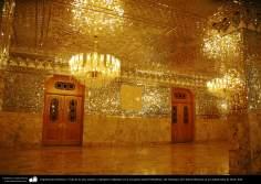 Arquitectura Islámica- Vista de la sala, espejos y lámparas colgantes en la mezquita shahid Mutahhari, del Santuario de Fátima Masuma en la ciudad santa de Qom (61)