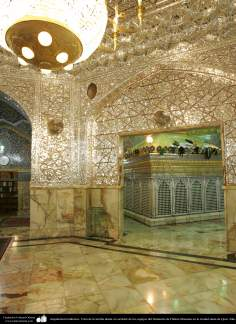 Architettura islamica-Vista di parete ornato con pezzi dello specchio e lampadario appeso e Zarih(Parte esteriore del mausoleo) di Fatima Masuma-Qom-12