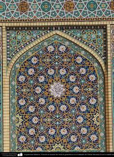 اسلامی معماری - شہر قم میں حضرت معصومہ (س) کے روضہ میں کاشی کاری (ٹائل) کا ایک نمونہ پہول پتی کی ڈیزاین میں، ایران