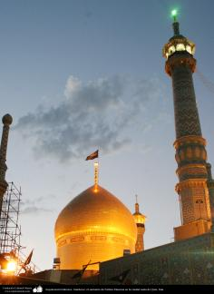 L'architecture islamique. Coucher de soleil, le sanctuaire de Fatima Masuma dans la ville sainte de Qom