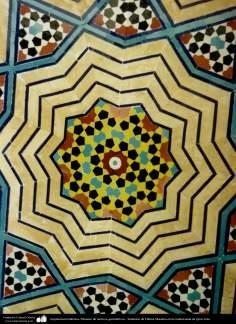 Architecture islamique - une vue sur les carelages utilisées dans le sanctuaire de l'Imam Fatima Ma'soumeh dans la ville sainte de Qom,  Iran - 57