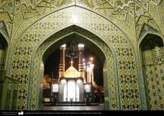 イスラム建築(コム市におけるファテメ・マスメ聖廟のタイリングドーム、尖塔及び入り口の眺め) -1