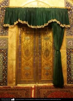 معماری اسلامی - نمای داخلی از درب طرحدار حرم حضرت فاطمه معصومه (ع) شهرستان مقدس قم - 18