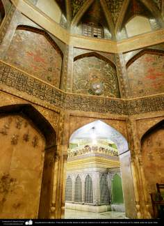 Arquitectura y caligrafía Islámica- Vista de la tumba desde la sala de mármol en el santuario de Fátima Masuma en la ciudad santa de Qom