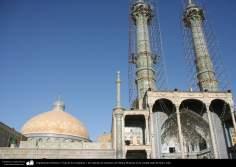 Arquitectura Islámica- Vista de los minaretes y las cúpulas de santuario de Fátima Masuma en la ciudad santa de Qom, Irán