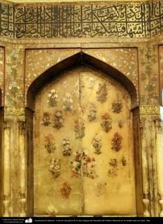 Architecture islamique - une vue sur le Mihrab avec des motifs floraux et le mur calligraphique du sanctuaire de l'Imam Fatima Ma'soumeh , la ville sainte de Qom - 11