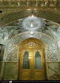 اسلامی فن تعمیر - شہر قم میں حرم حضرت معصومہ(س) میں دیوار اور گیٹ آئینہ سے سجا (آئینہ کاری فن)، ایران