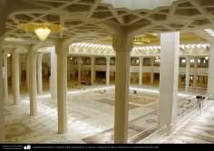 Arquitectura Islámica- Vista del salón columnado de  la oración - Santuario de Fátima Masuma en la ciudad santa de Qom, Irán (122)