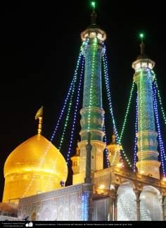 معماری اسلامی - نمایی کلی از گنبد و مناره حرم حضرت معصومه (س) در شب - شهر مقدس قم - 1