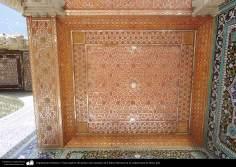 معماری اسلامی - نمایی از سقف آينه کاری و کاشی کاری شده ایوان حرم حضرت معصومه (س) در شهر مقدس قم