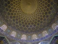 """اسلامی فن تعمیر - شہر اصفہان میں """"شیخ لطف اللہ"""" نام کی تاریخی مسجد کی گنبد پر کاشی کاری (ٹائل کا فن)، ایران - ۱۲"""