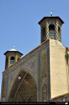 Arquitectura islámica, Azulejos y mosaicos islámicos (Kashi Kari) en una mezquita histórica - 4