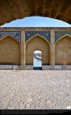 Arquitectura islámica- Una vista parcial interna de Pol-e Jayu (khahyu) o Puente de Jayu en Isfahán- Irán, construido sobre rio Zayande en la época del rey safávida, Shah Abbas II alrededor (26)