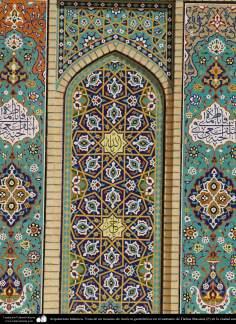 اسلامی معماری - شہر قم میں حضرت معصومہ (س) کے روضہ میں کاشی کاری (ٹائل) کا ایک نمونہ پہول پتی کی ڈیزاین میں، ایران - ۶۷