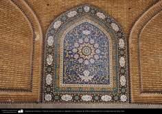Islamische Architektur - Ansicht eines Bogens mit Pflanzen Motiven im Schrein des Fatima Masuma in der heiligen Stadt Qom - 100 - Islamische Mosaiken und dekorative Fliesen (Kashi Kari)  - Aus anderen Städten Irans - Die Stadt Qom in Iran - Foto