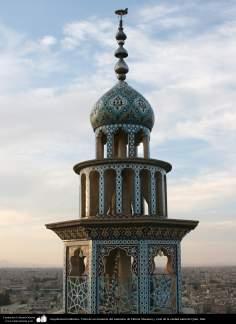 Arquitectura Islámica- Vista de un minarete del santuario de Fátima Masuma y vista de la ciudad santa de Qom - 80