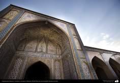 Исламская архитектура - Облицовка кафельной плиткой - Фасад входной двери исторической мечети в Иране - 105