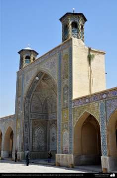 Arquitectura islámica, Azulejos y mosaicos islámicos (Kashi Kari) en una mezquita histórica en Irán - 201