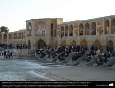 Islamische Architektur- Pol-e Khayu (kahyu) oder Brücke von Khayu in Isfahan- Iran, errichtet auf dem Zayande Fluss auf Befehl von Shah Abbas II -37 - Islamische Kunst