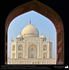 O belo Taj Mahal  visto da janela de uma mesquita - Agra, Índia