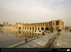 """Исламская архитектура - Вид моста """"Си-о-се-поль"""" (тридцать три моста) , построенного над рекой Заянде в 1650 г.н.э - Исфахан , Иран - 20"""