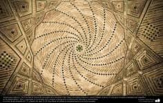 Исламская архитектура - Облицовка кафельной плиткой (Каши Кари) и внутренний фасад купола мечети Шейха Лютфуллы в Исфахане , Иран - Перестройка в 771 - 41
