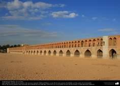 """Исламская архитектура - Вид моста """"Си-о-се-поль"""" , состоящего из 33 арок - Исфахан , Иран - 40"""