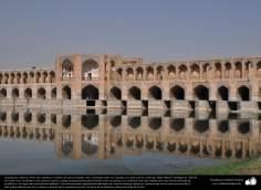 Architecture islamique, une vue du pont des 33 piliers au dessus de la rivière Zayandeh dans la ville d'Esphahan.